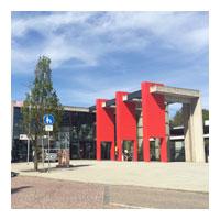 Bahnhof mit Fußgängerzone und Litfasssäule