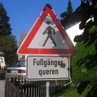 Fußgänger queren
